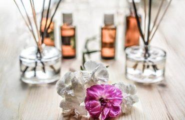 шишенца с парфюм и цветя